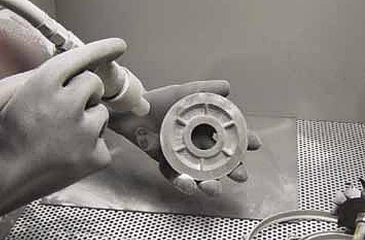 De aluminium onderdelen worden gestraald met een keramische glasparel